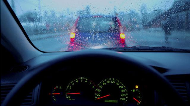 bí quyết lái xe khi mưa bão